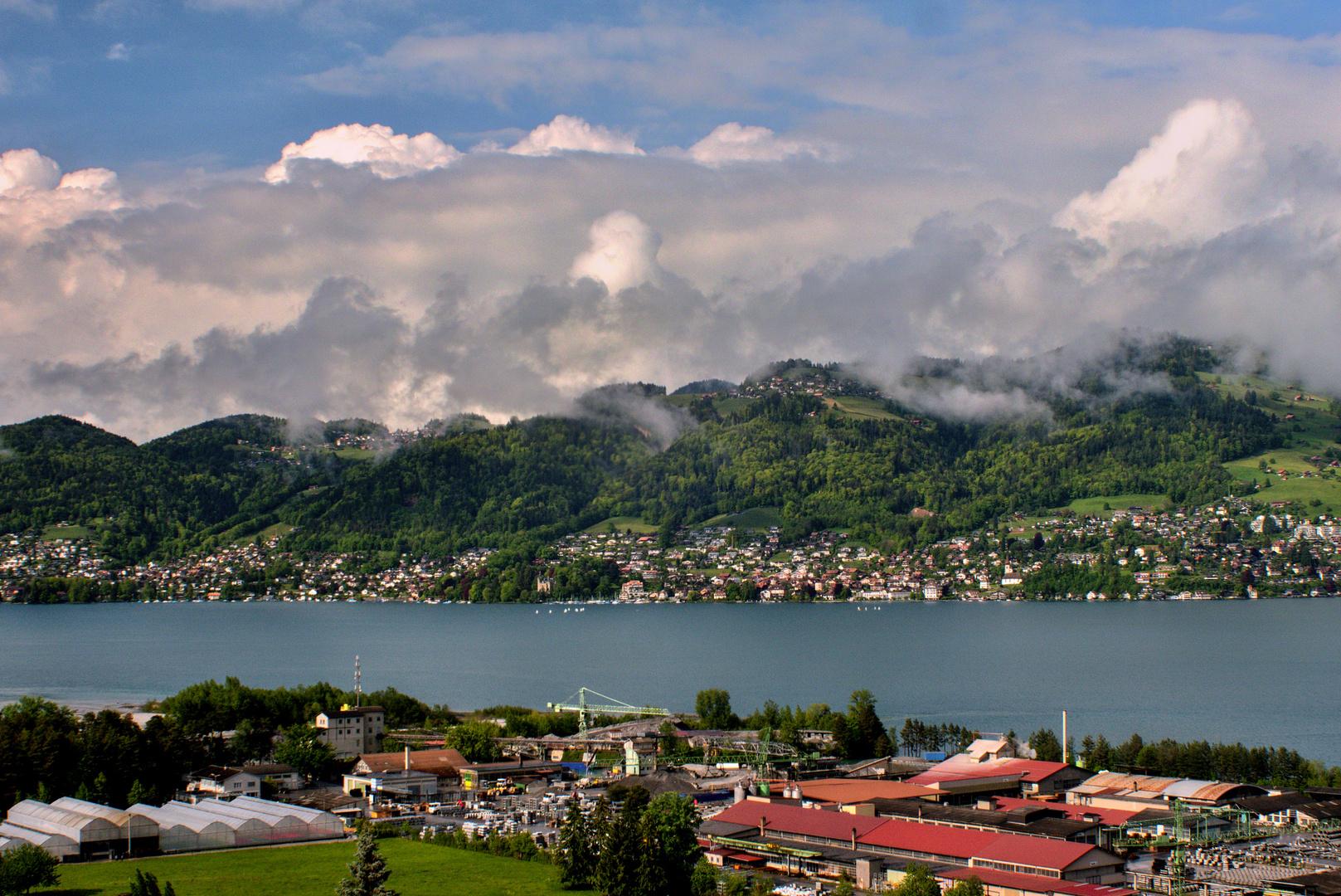 Wolken über den Hügeln