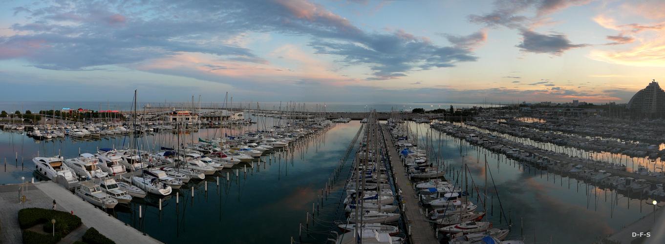 Wolken über Mittelmeerhafen