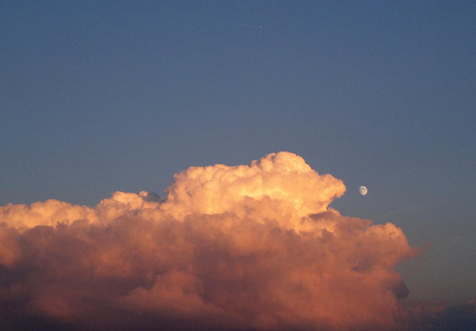 Wolken und der kleine Mond