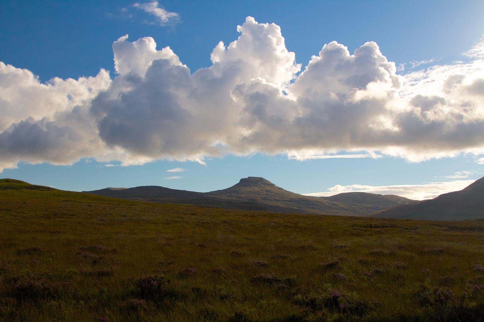 Wolken und Hügel in Schottland