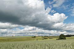 Wolken und Windräder