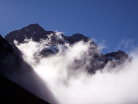 Wolken zwischen den Bergen