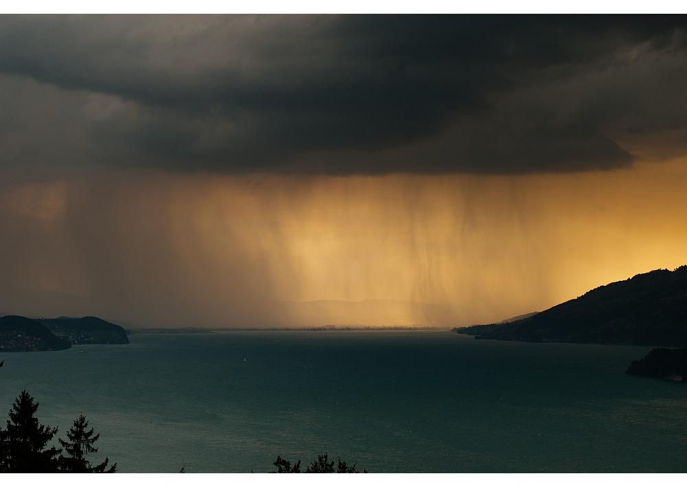 Wolkenbruch über dem Thunersee