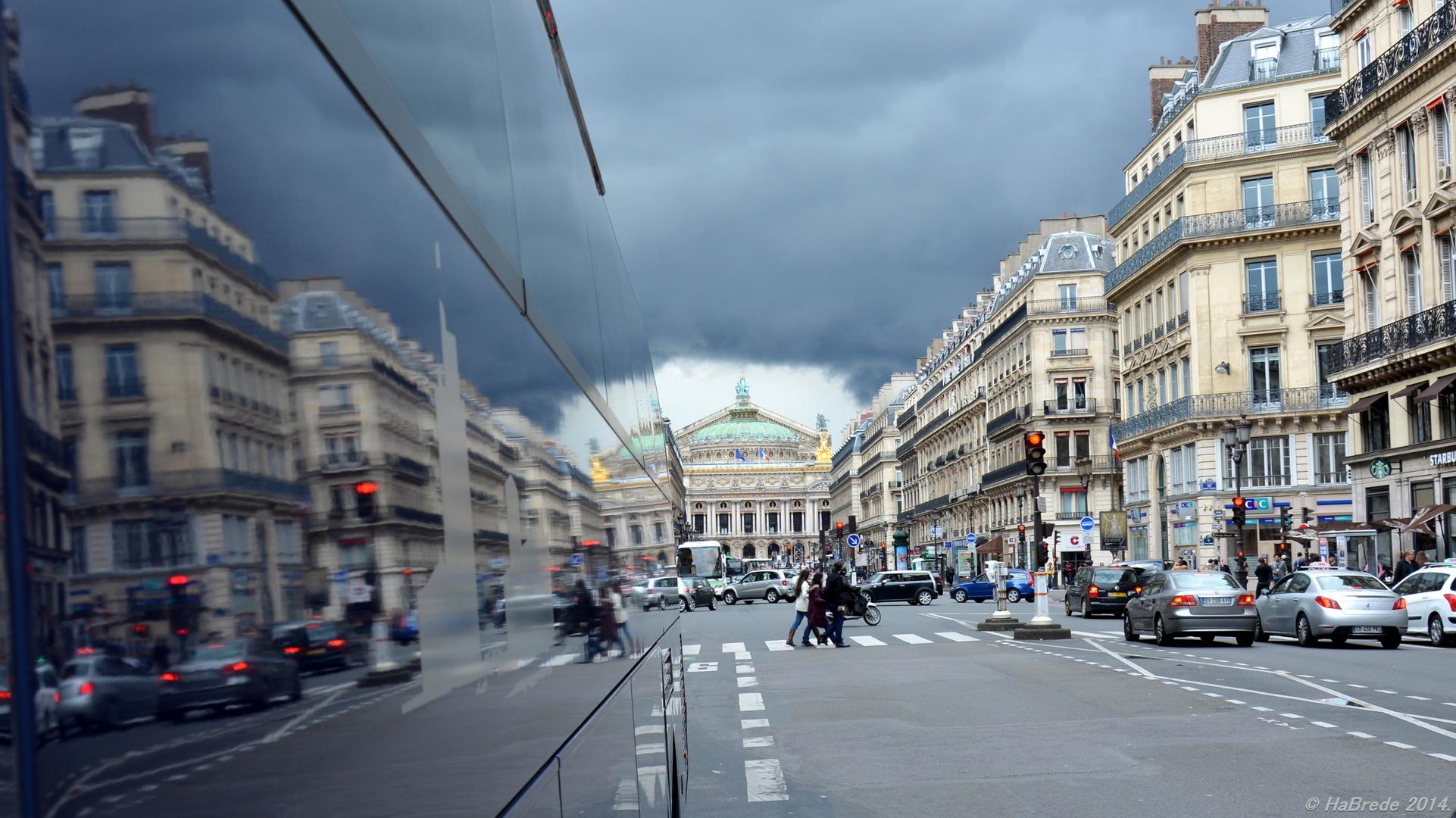 Wolkendrama mit ''Heiligenschein'' über der Pariser Opera