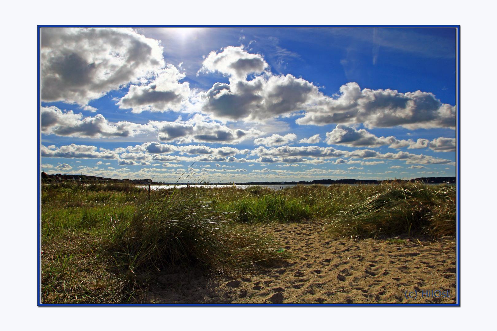 Wolkenfelder über Strand und Meer