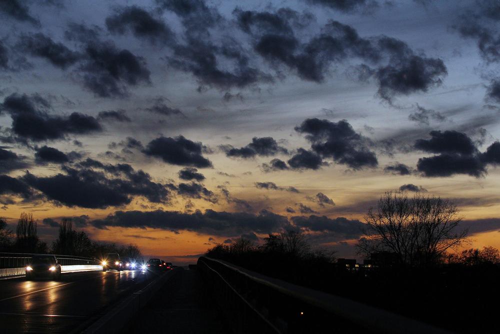 Wolkenfetzenabendhimmel
