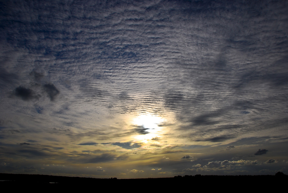 Wolkenformation am frühen Abend