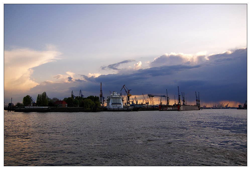 Wolkenfront am Hafen