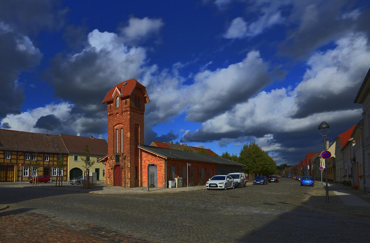 Wolkenhimmel über der alten Feuerwache