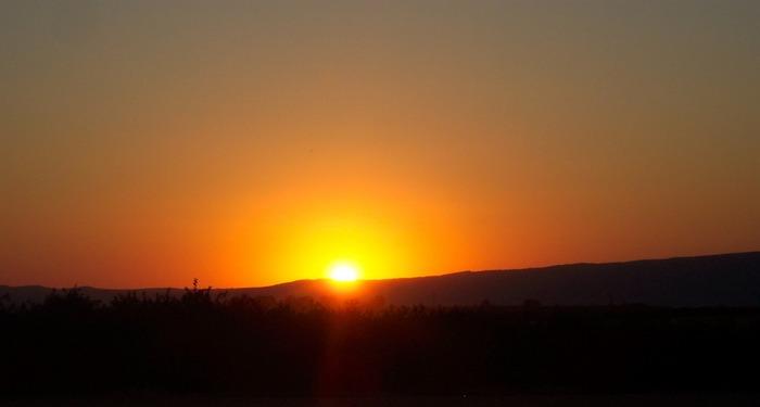 Wolkenloser Sonnenuntergang