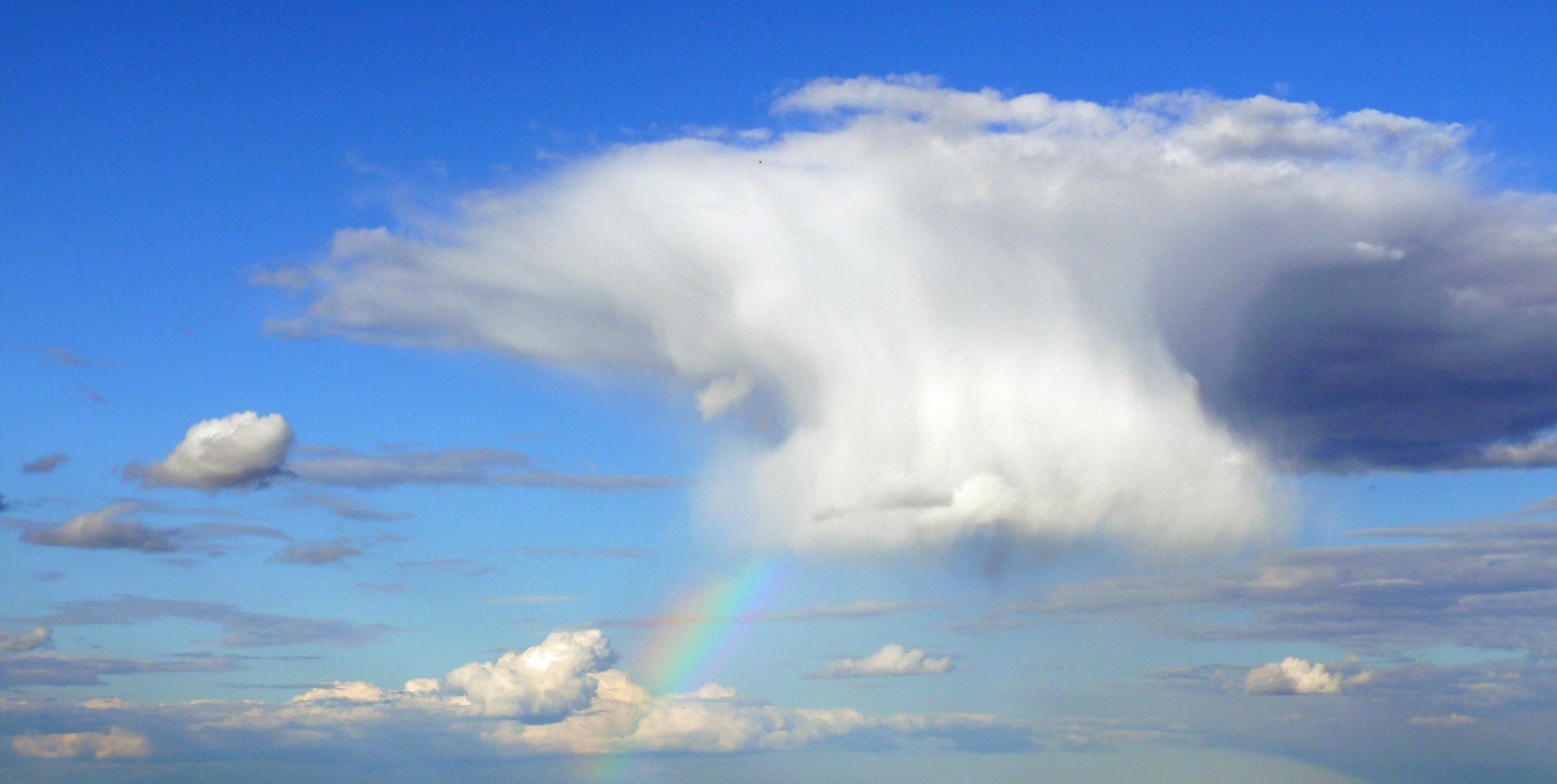 Wolkenpils mit Regenbogen