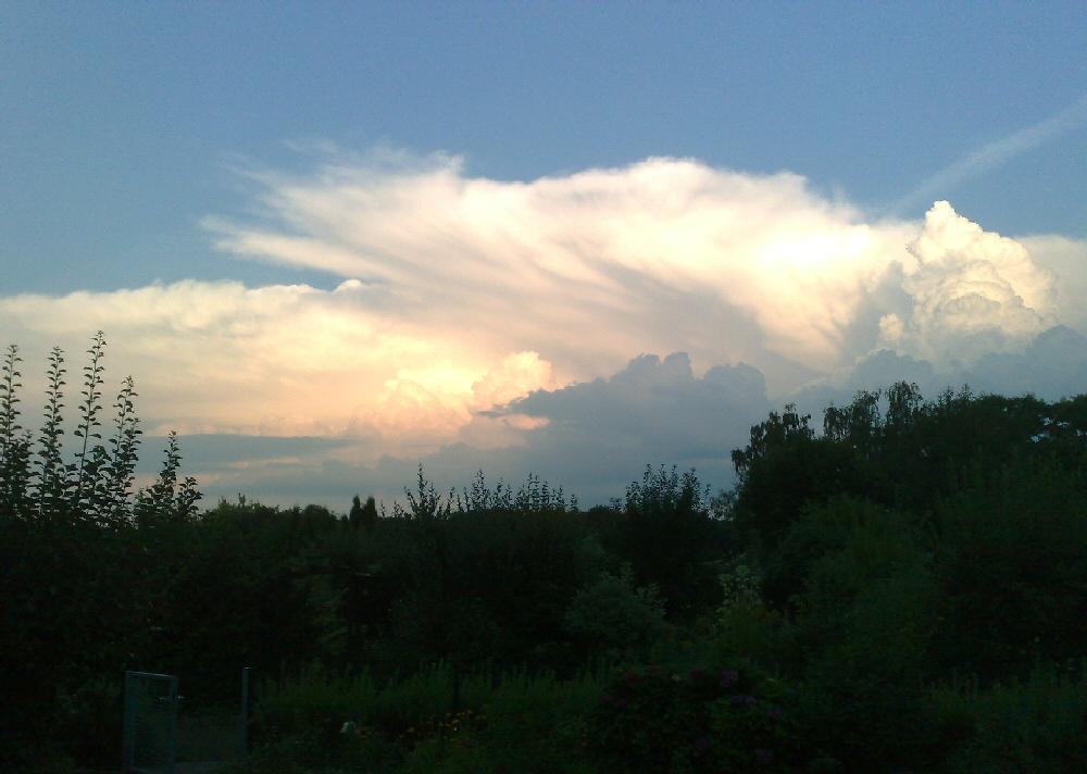 Wolkenspektakel über dem Kleingarten