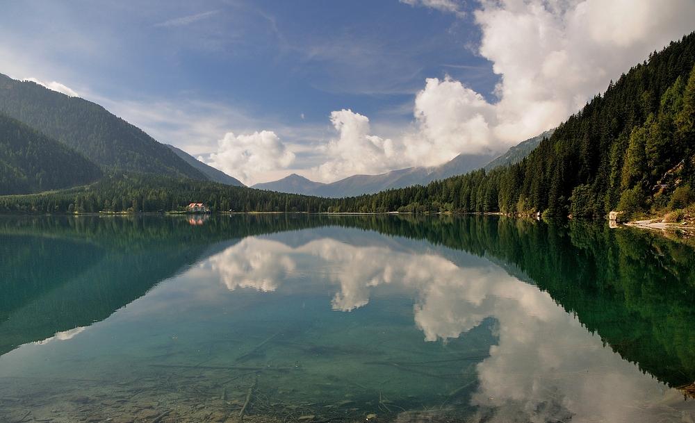 Wolkenspiegelung im Antholzer See.