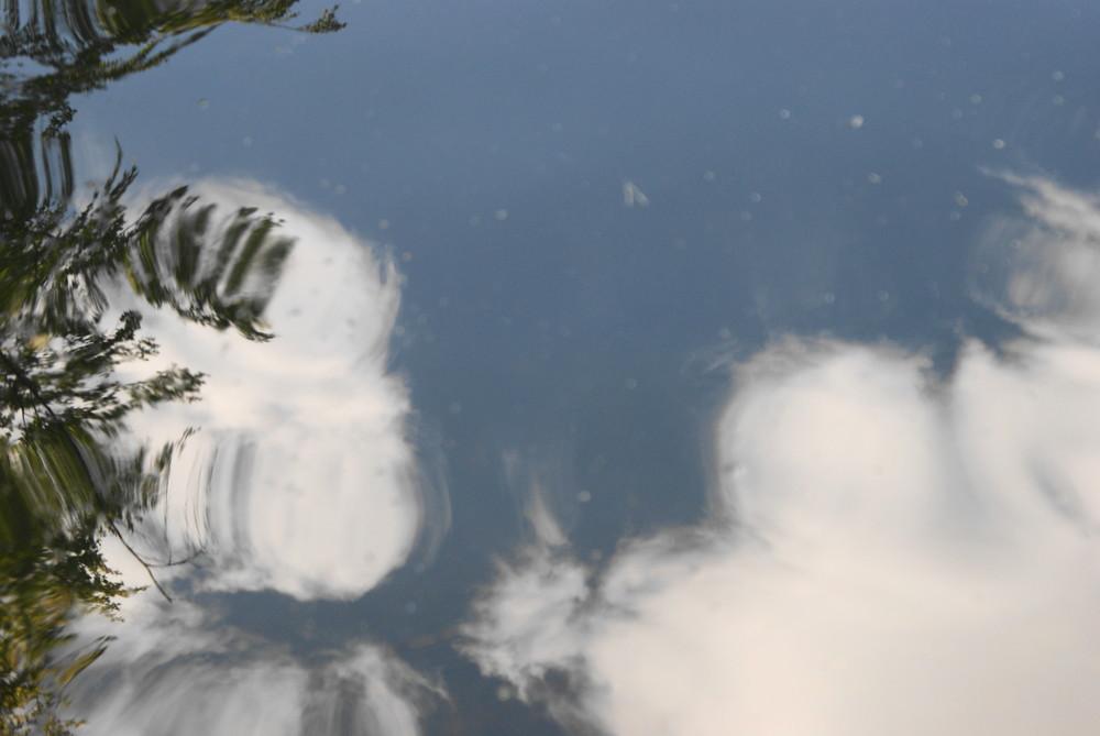 Wolkenspieglung im Wasser