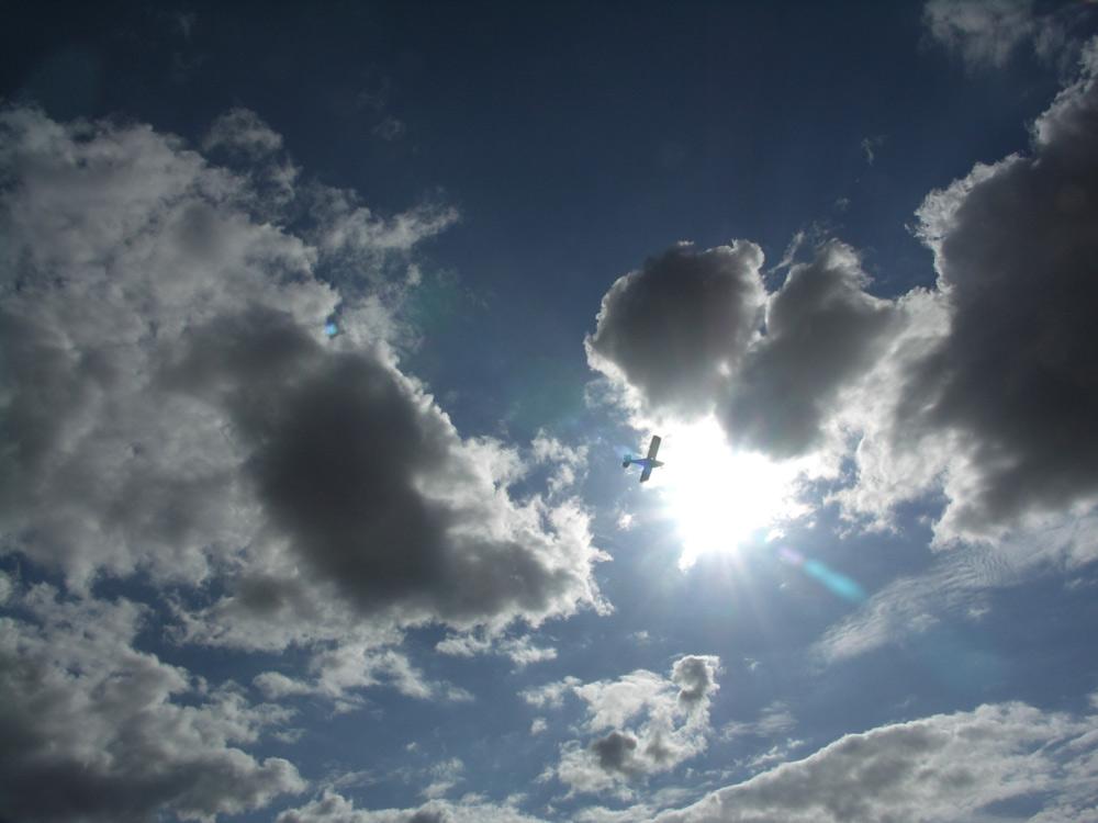 Wolkenspiel mit Fugzeug