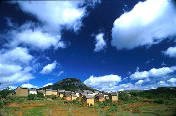 Wolkenstimmung über den Lehmhütten