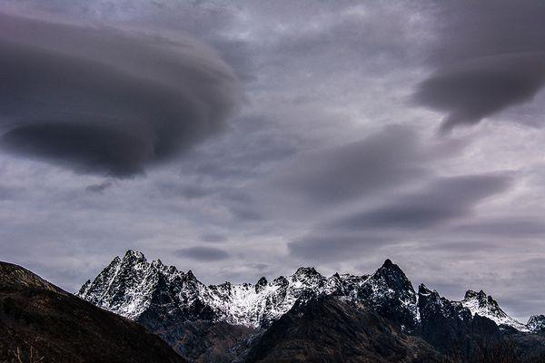 Wolkenstimmung vor Sonnenaufgang auf den Lofoten (Winter)