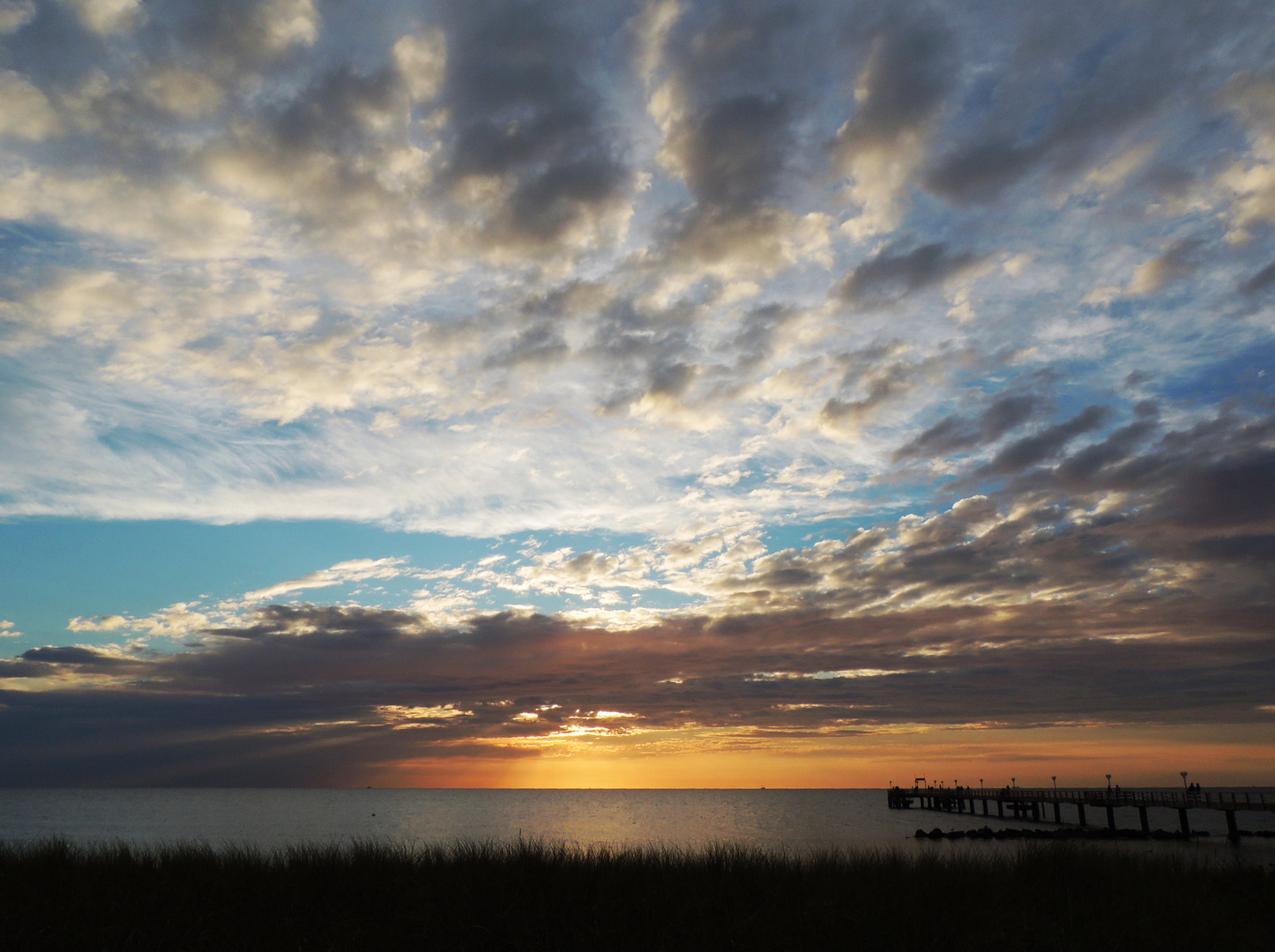 Wolkig-bunter Sonnenuntergang