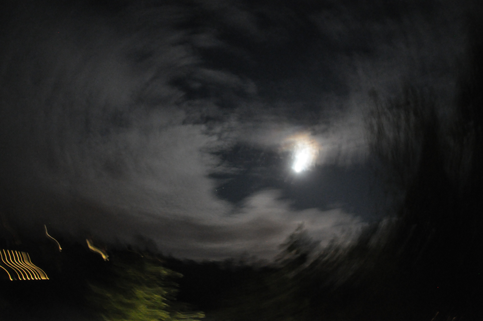 wolkiger himmel bei nacht