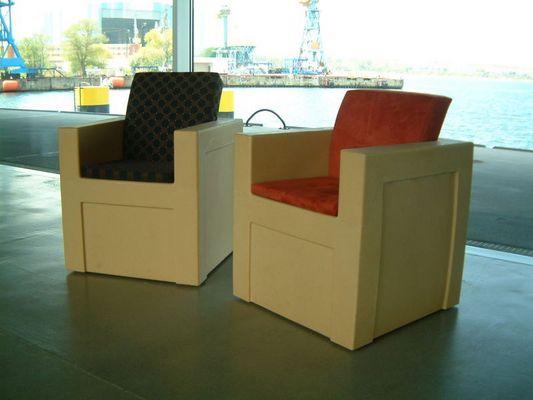WPC-Sessel aus Holz und Kunststoff an der Waterkant