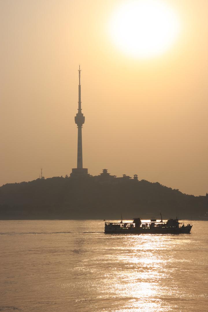 Wuhan - Fernsehturm Guishan im Gegenlicht