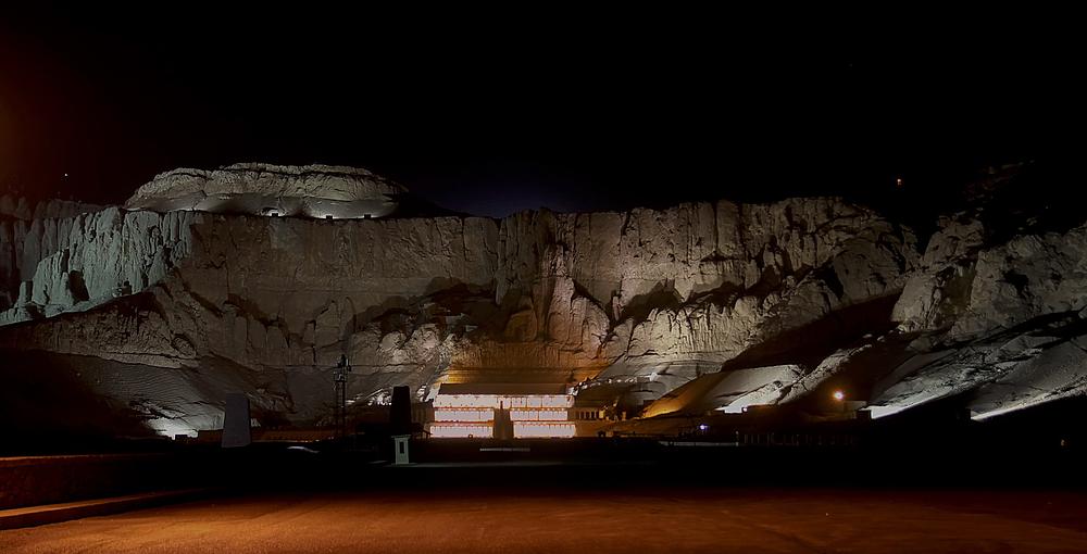 Wunderschön ist der Hatschepsut-Tempel nach Sonnenuntergang angestahlt ...