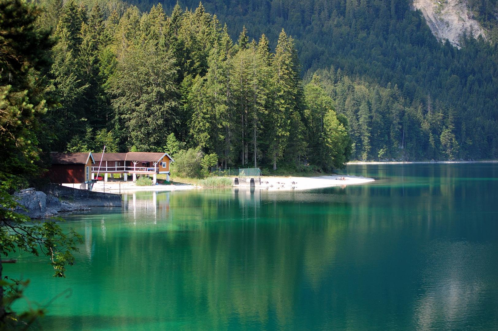 wunderschöner grüner See