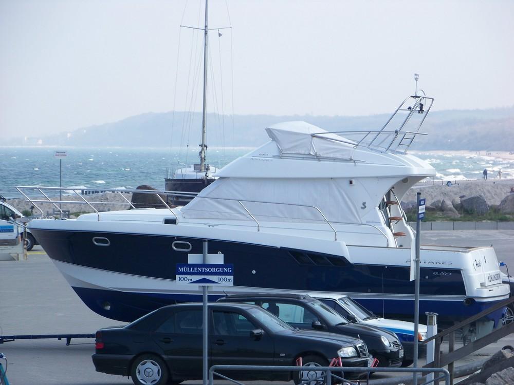 Yacht auf ungewöhnlichen Parkplatz (Kühlungsborn)