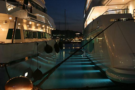 Yachten bei Nacht in Porto Cervo