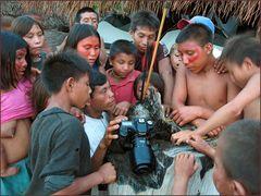 Yanumami Kinder diskutieren meine Fotos...