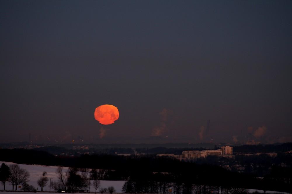 Zackiger Monduntergang