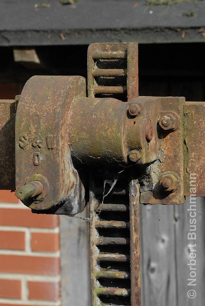 Zahnstange an einem alten Stauwehr