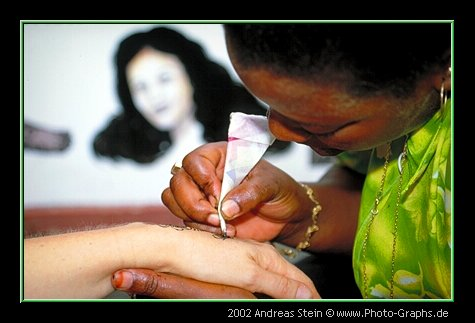 Zanzibar 2001 - mit Henna die Haut färben