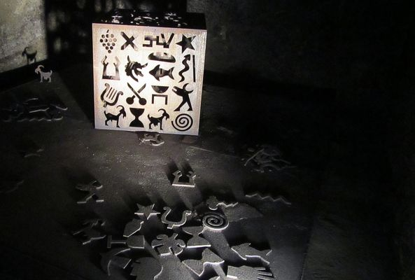 Zeichen aus Metall