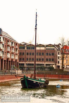 Zeitgenössisches Schiff im historisches Hafenbecken