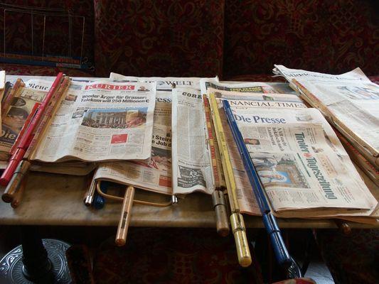 Zeitungen im Kaffeehaus