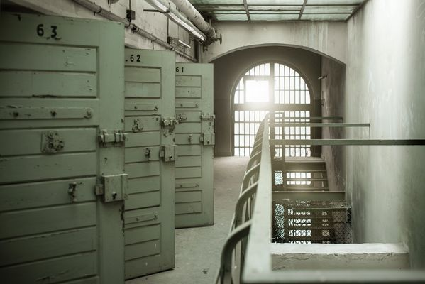 Zellen im geheimnisvollen Gefängins in Berlin