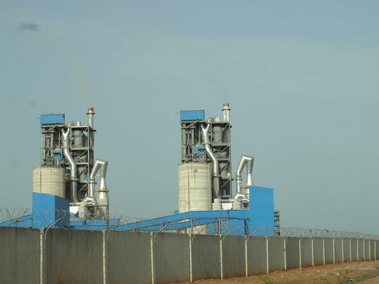Zementfabrik im Busch