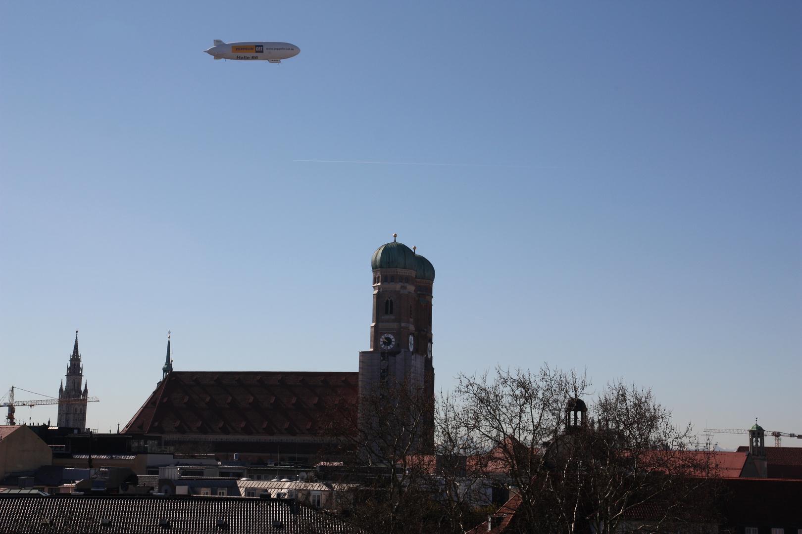 Zeppelin über Frauenkirche