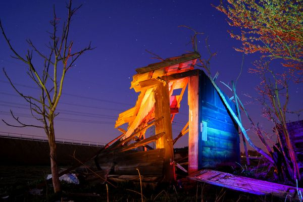 Zerfallene Hütte bei Nacht