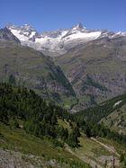 Zermatt mit v.l.n.r. Obergabelhorn , Wellenkuppe und Zinalrothorn.