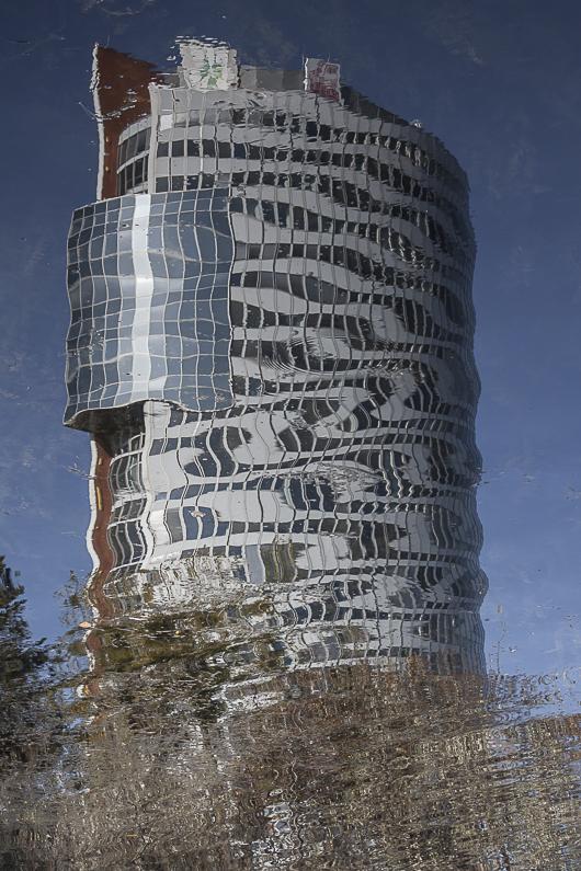 Zerspiegeltes Gebäude