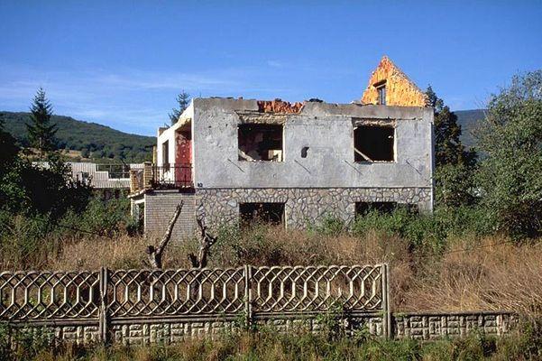 Zerstörtes Haus nahe der bosnischen Grenze