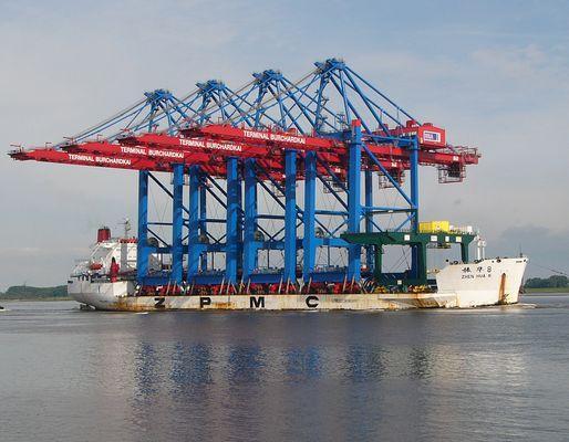 Zhen Hua 8 mit 4 Tandem-Containerbrücken