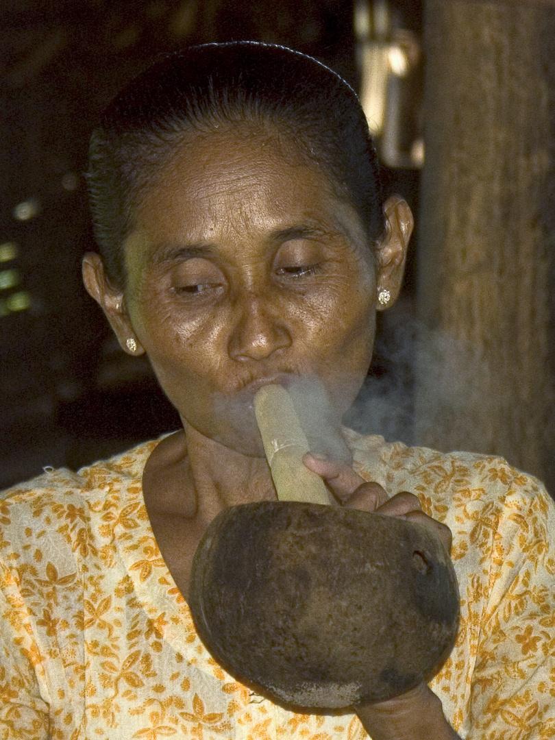 Zigarrenraucherin in Myanmar