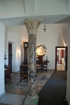 Zimmer mit Marmorsäule