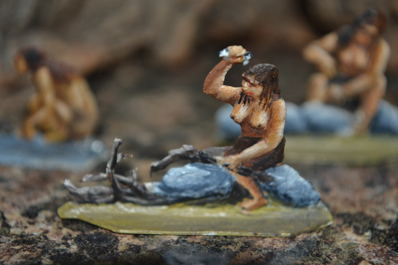 Zinnfiguren, von mir bemalt mit Ölfarben, 1980 : Neandertalerin bei der Arbeit - Für Diorahma