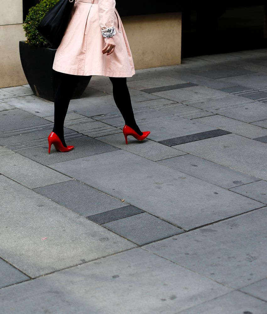 Zirkel mit roten Schuhen