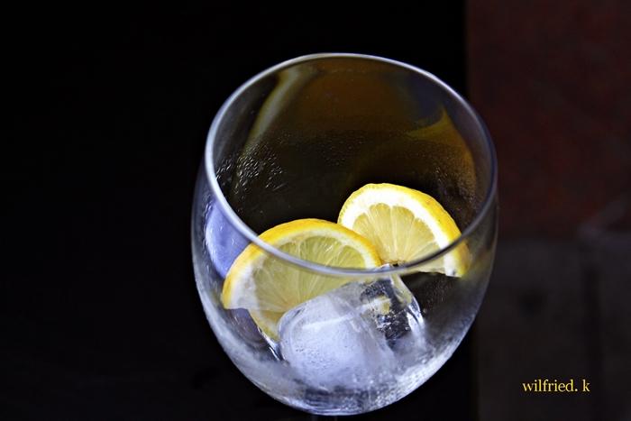 Zitrone trifft auf Eiswürfel
