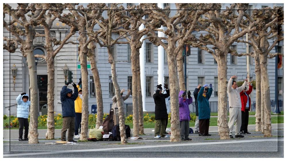 zu Auftakt von Olympia: Chinesen bei ihrer sonntäglichen Meditation...